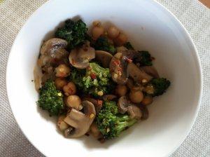 Pievagrybiai su brokoliais ir avinžirniais