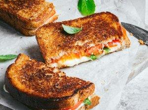 Kepti Kaprio sumuštiniai su sūriu ir pomidorais