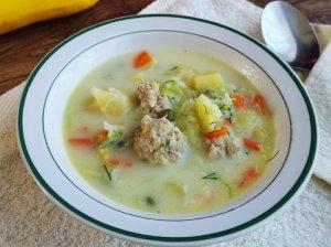 Daržovių sriuba su lydytu sūreliu ir mėsos kukuliais