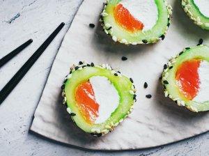 Agurkų sušiai su lašiša ir kreminiu sūreliu