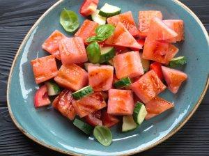 Gaivios arbūzų salotos su pomidorais ir agurkais