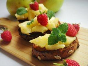 Brusketa su karamelizuotais obuoliais