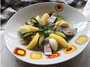 Silkė su bulvėmis, kiaušiniu ir raugintais agurkėliais