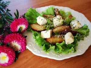Salotos su slyvomis ir varškės sūriu