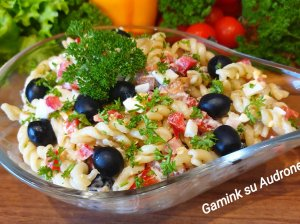 Makaronų salotos su vištiena ir agurkėliais