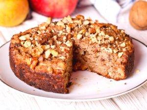 Drėgnas obuolių pyragas su razinomis ir riešutais