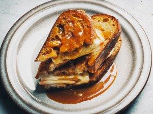Keptas sūrio sumuštinis su obuoliais ir kriaušėmis