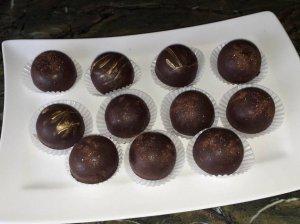 Šokoladiniai saldainiai su karamelizuoto kondensuoto pieno bei graikinių riešutų įdaru