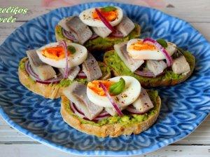Greiti silkės sumuštinukai su avokadais ir kiaušiniais