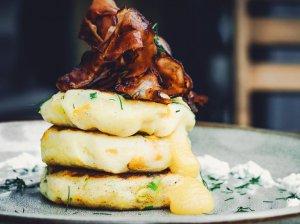 Virtų bulvių blyneliai su sūriu ir kukurūzais
