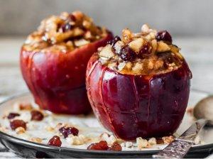 Kepti obuoliai su riešutais, razinomis ir spanguolėmis