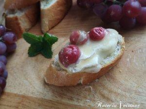 Keptas camembert su vynuogėmis