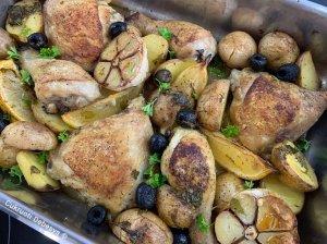 Vištiena kepta su bulvėmis ir alyvuogėmis