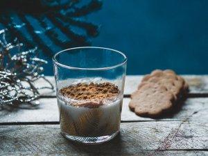 Kokoso pieno panakota su meduolių trupiniais