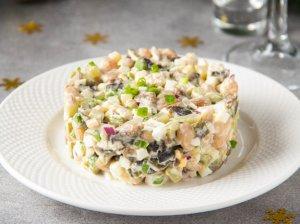 Šventinės silkės salotos su pupelėmis ir agurkėliais