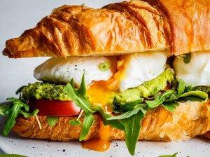 Kruasano sumuštinis su avokadu, pomidorais ir kiaušiniais