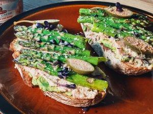 Pusryčių sumuštiniai su avokadu ir smidrais