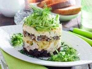 Sluoksniuotos salotos su grybais