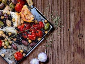Orkaitėje keptas halumis su kaparėliais, pupelėmis ir pomidorais