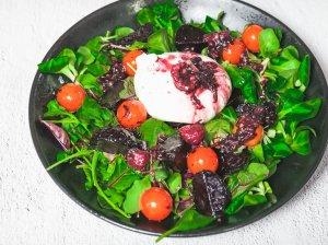 Buratos salotos su aviečių padažu