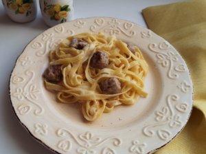 Makaronai su mėsos kukuliukais ir baltu padažu