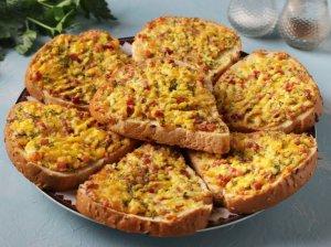 Kepti sumuštiniai su kumpeliu ir agurkėliais