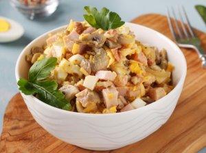Kumpio salotos su kiaušiniais ir pievagrybiais
