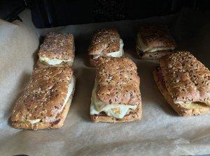 Karšti sumuštiniai su šonine ir kiaušiniais