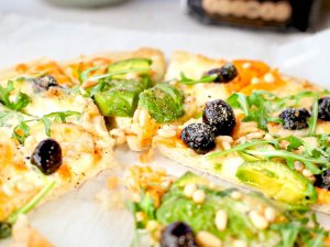 Naminė pica su avokadu