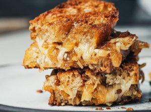 Karšti sumuštiniai su sūriu ir karamelizuotais svogūnais