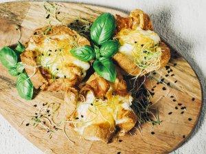 Duonos krepšeliai su sūriu ir šonine