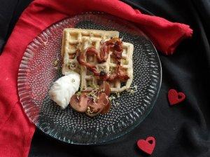Valentino pusryčiai: vafliai su raugu, kiaušinis be lukšto ir šoninės širdelės