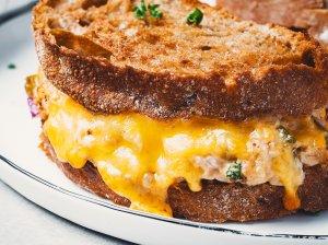 Legendiniai tuno ir sūrio sumuštiniai