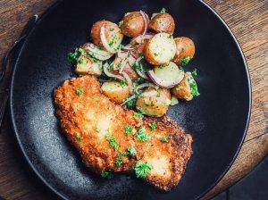Traškus šnicelis su bulvių salotomis