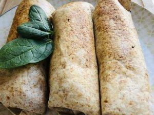 Lavašo suktinukai su morkomis, špinatais ir ožkos sūriu