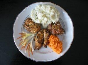 """Vištienos kepsnys """"Viščiukų maištas'' su bulvių koše ir morkų salotomis"""