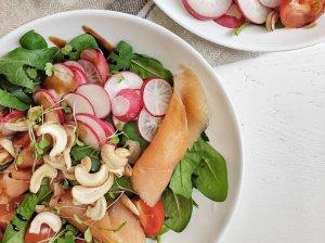 Pavasario salotos su lašiša