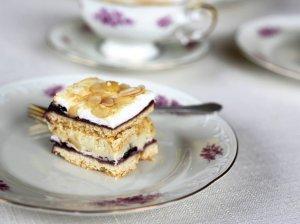 Lenkiškas pyragas su plikytu kremu ir uogiene