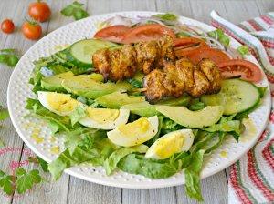 Salotos su vištienos iešmeliais ir medaus-garstyčių padažu