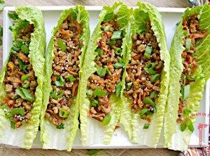 Azijietiška vištiena salotų laiveliuose