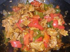Kiauliena paprikų ir pomidorų padaže