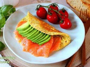 Pusryčių omletas su avokadu ir lašiša