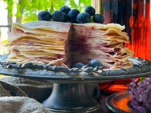 Lietinių blynų tortas su uogiene