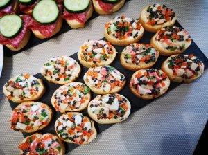 Šventiniai sumuštinukai su ikrais ir krabų lazdelėmis