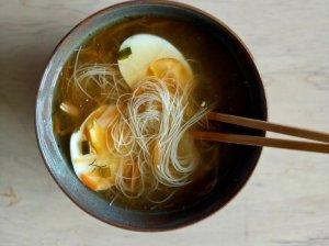 Azijietiška vištienos sriuba su makaronais