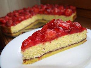 Drėgnas varškės pyragas su braškėmis