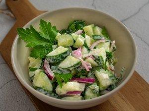 Agurkų salotos su gaiviu jogurto padažu