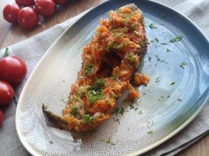 Kepta žuvis morkų ir svogūnų patale