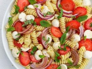 Makaronų salotos su braškėmis