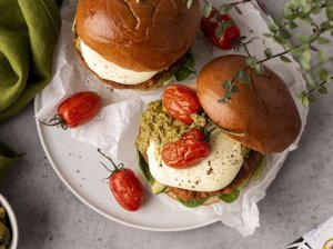 Mėsainiai su kalakutiena, avokadais, pesto padažu ir keptais pomidorais